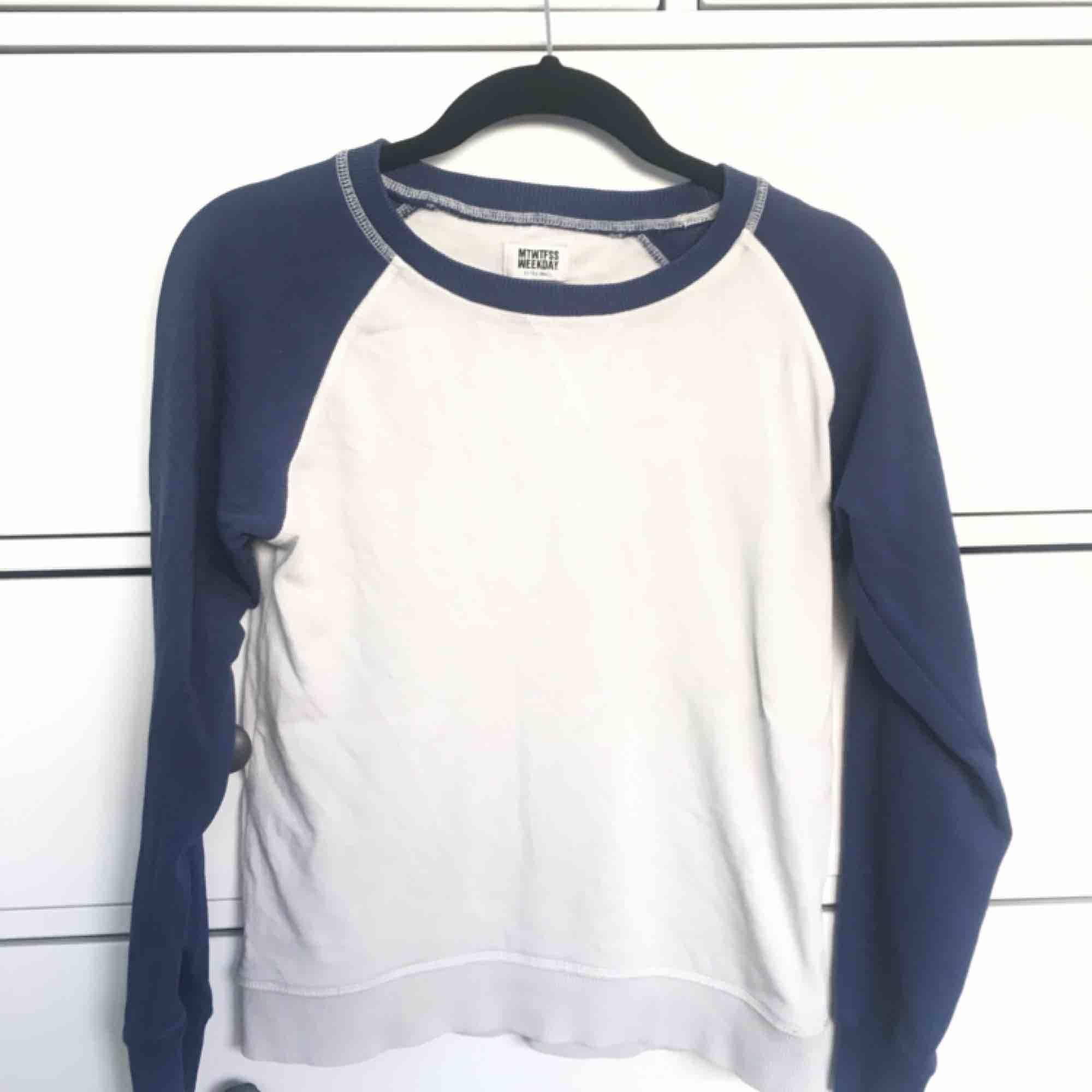 Snygg tröja från Weekday! . Huvtröjor & Träningströjor.