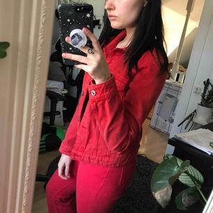 Röd jeansjacka som endast blivit använd ett fåtal gånger! Fraktar helst men kan också ev mötas upp i Stockholm  💓