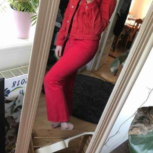 Supercoola röda utsvängda jeans som tyvärr aldrig blivit använda. Fraktar helst men kan också ev mötas upp i Stockholm  💓