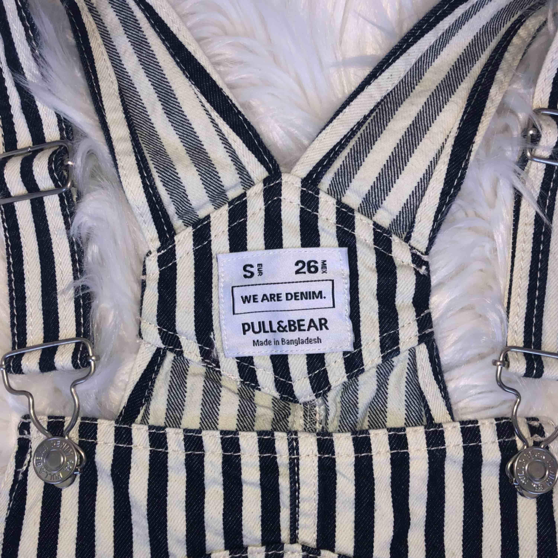 Randig (i mörkblått och crèmevitt) hängsletopp i denim från Pull & Bear! Helt oanvänd! Frakt tillkommer🍒. Toppar.