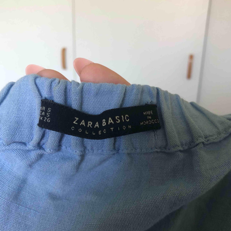 Jättesöt off shoulder playsuit från Zara som bara är använd ett fåtal gånger! Har fickor, vilket gör den mer praktisk och superfina trumpetärmar. Den fina babyblåa färgen visas bäst på första bilden! 51% linne. Frakt tillkommer 🐟🦋🌊. Klänningar.