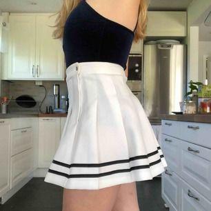 Jättegullig och smickrande oanvänd kjol! Vit med två svarta ränder längst ner. Frakt tillkommer 🍓