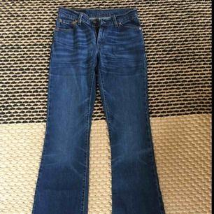 👖Levi's jeans i mycket gott skick👖Köpt secondhand, men har aldrig använt de själv! Modell flare. Frakt tillkommer!