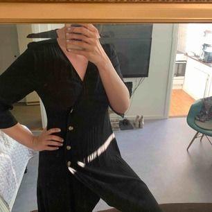 Fin svart klänning med knäppning från Monki. Som ny!  Finns i spånga alternativt att köparen står för frakt.