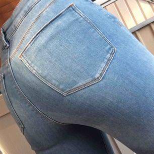 Avklippta jeans från ASOS. Använda två gånger, tvättade en gång. Storlek 26. Hög midja!