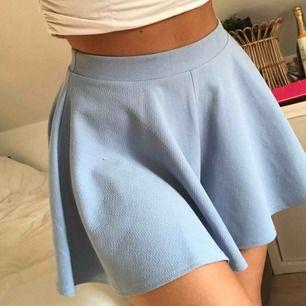 Ljusblå skater skirt/ shorts. Ser alltså ut som kjol men det är shorts! Använd enstaka gång! 🌸