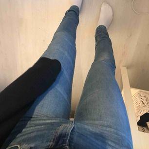 Fina jeans ifrån dobber som är köpta på Mq. De är i storlek 27. Det finns en liten fläck längst ner på byxan, vet inte om den går bort. Frakten ingår i priset.
