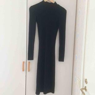 Svart bodycon-klänning med halvpolo. Klänningen är aningen glittrig(se bild 3). Aldrig använd Frakt 36kr