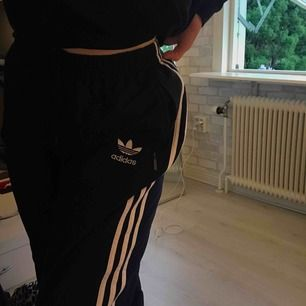 Adidas byxor som saknar lapp där storlek står men skulle säga att det är runt L. Frakten ingår i priset