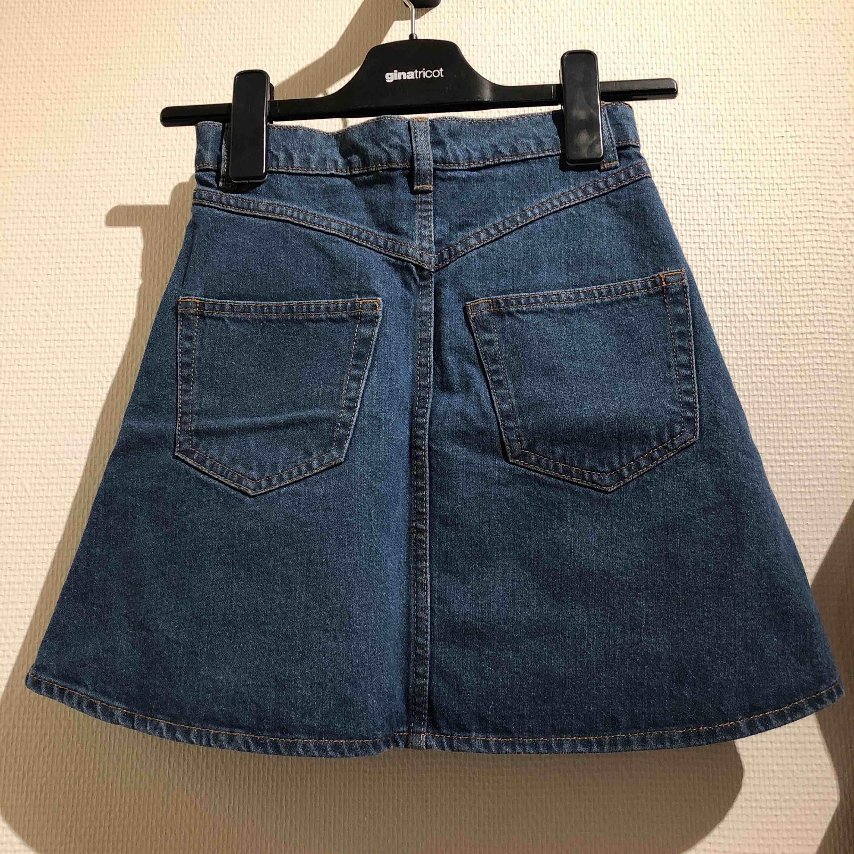 A-linje skuren jeanskjol med knappar från Monki! I jättefint skick. Riktiga fickor fram och bak. Kjolar.