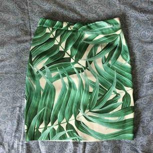 Jättefin kjol från topshop med palmblad. Dragkedja baktill. Stretchiga och skönt material som ej är transparent. Använd 2 ggr. Frakt ingår.