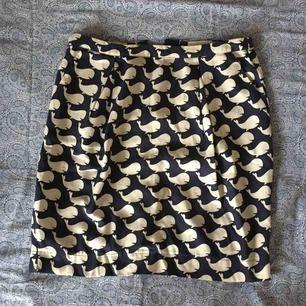 Fin kjol med valar på och dragkedja baktill. Storlek 36 men lite stor på mig (36) så jag skulle säga att den även passar 38. Frakt ingår.