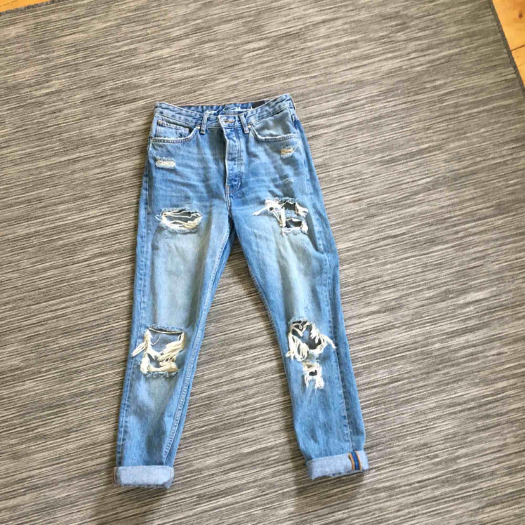 Slitna boyfriendjeans från bikbok. Endast använt som två ggr. . Jeans & Byxor.