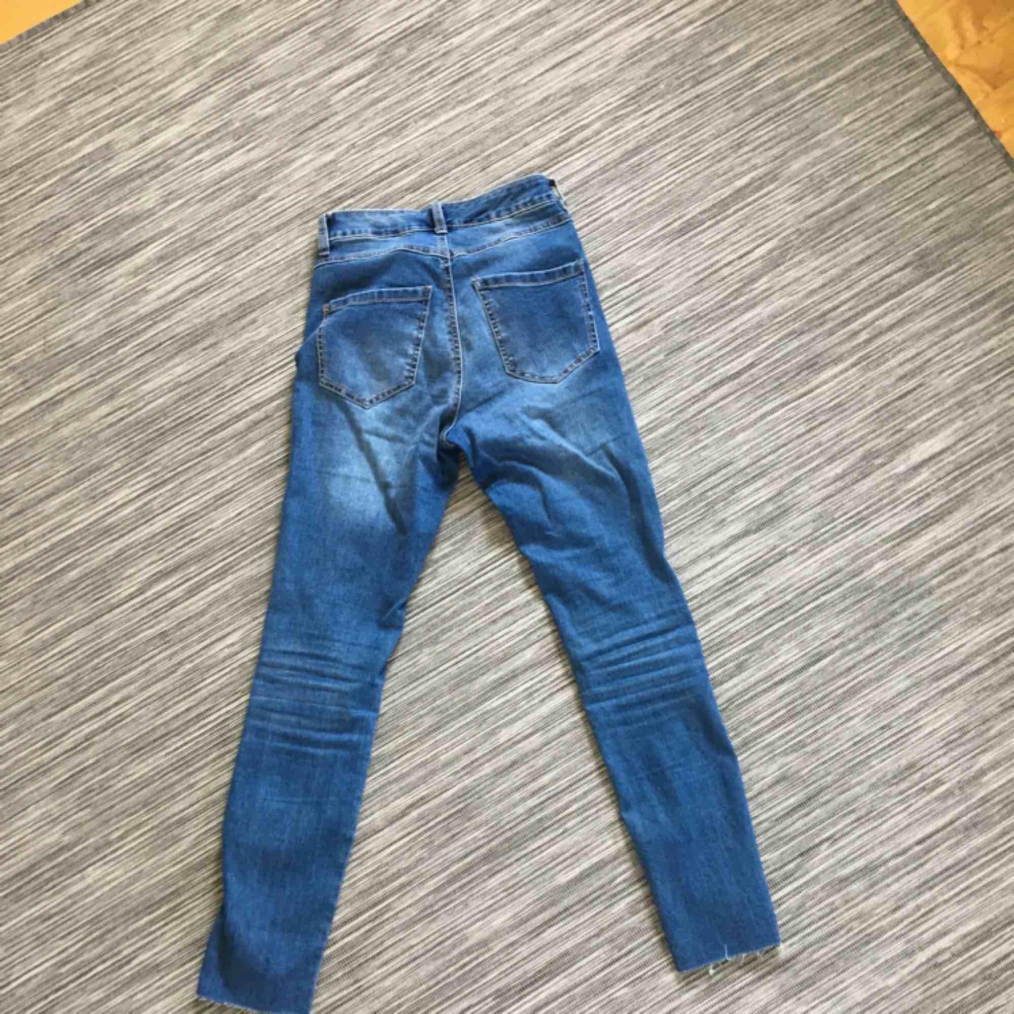 Nästan helt oanvända högmidjade jeans från Kappahl. Har sömmar på benen och ojämna kanter vid anklarna. Dom är storlek 34 men passar mig som vanligtvis har 36.. Jeans & Byxor.