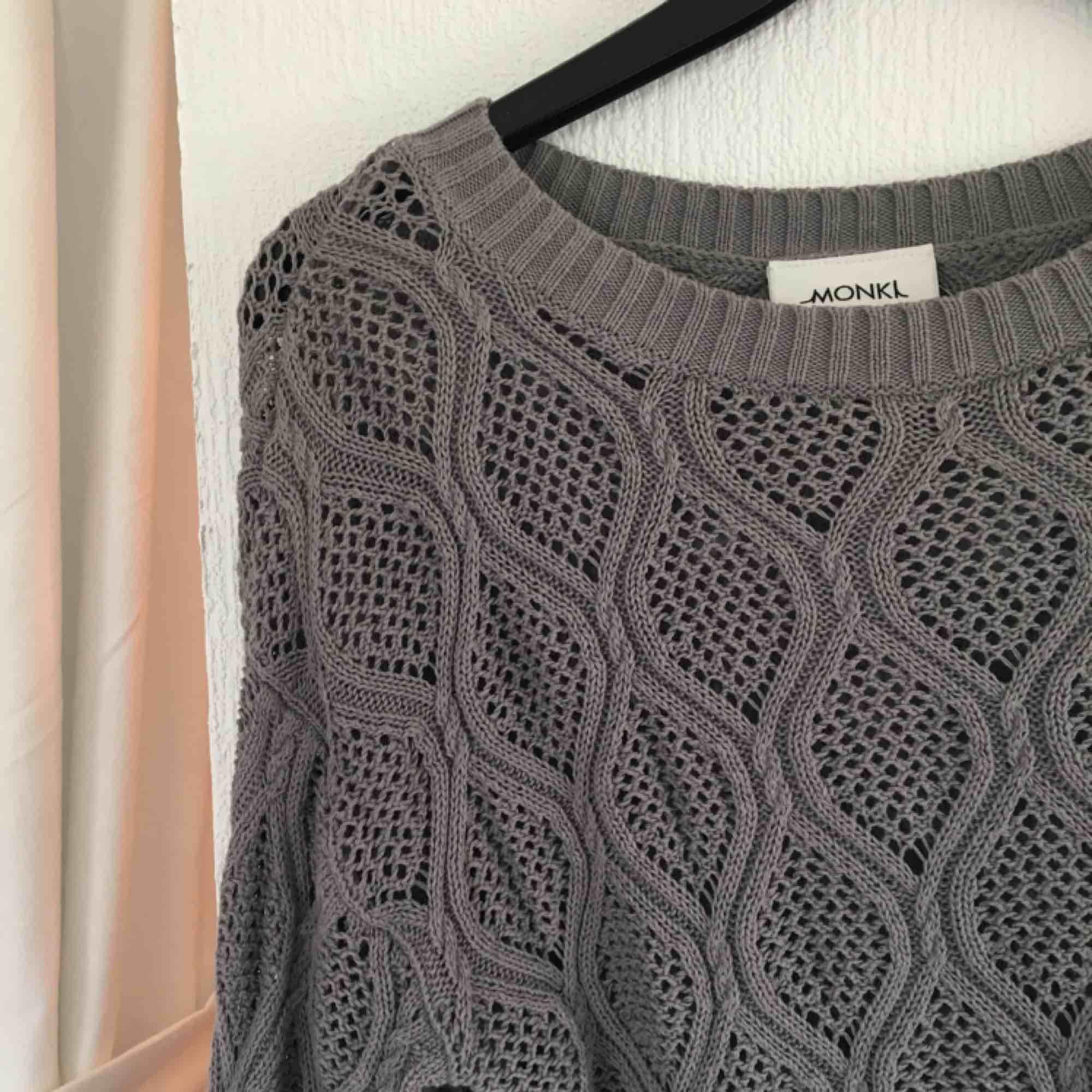 Luftigt stockad tröja från monki. Knappt använd. . Tröjor & Koftor.