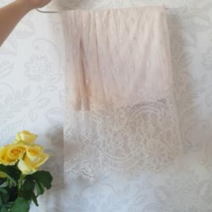 Kjol i fint spets-material! Dragkedja i sidan👌 fraktas enkelt och smidigt🎀