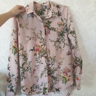 Helt underbar somrig skjorta/blus i skönt material! Fraktas snabbt och enkelt!🕊