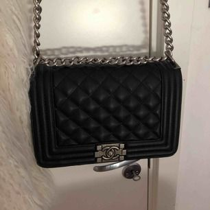 Chanel boybag väska!! Kopia men ser precis likadan ut. Oanvänd och kommer med gul dustbag. Svart med vintage silvriga detaljer.
