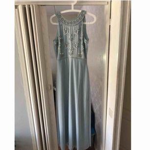 Säljer min balklänning i storlek 36, den har en slits på sidan av klänningen och är i en baby blå färg, hör av dig om du är intresserad! Möts helst upp💓