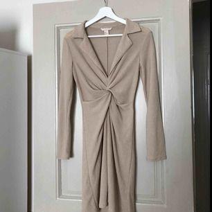 Superfin klänning, endast provad. Storlek 32 men passar även 34/36.