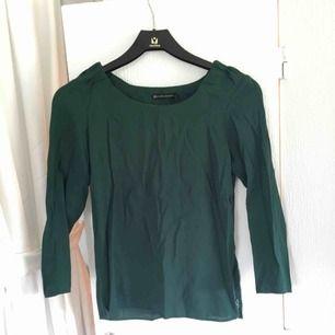 Mörkgrön tröja från zara. Har dragkedja på ena sidan. Knappt använd