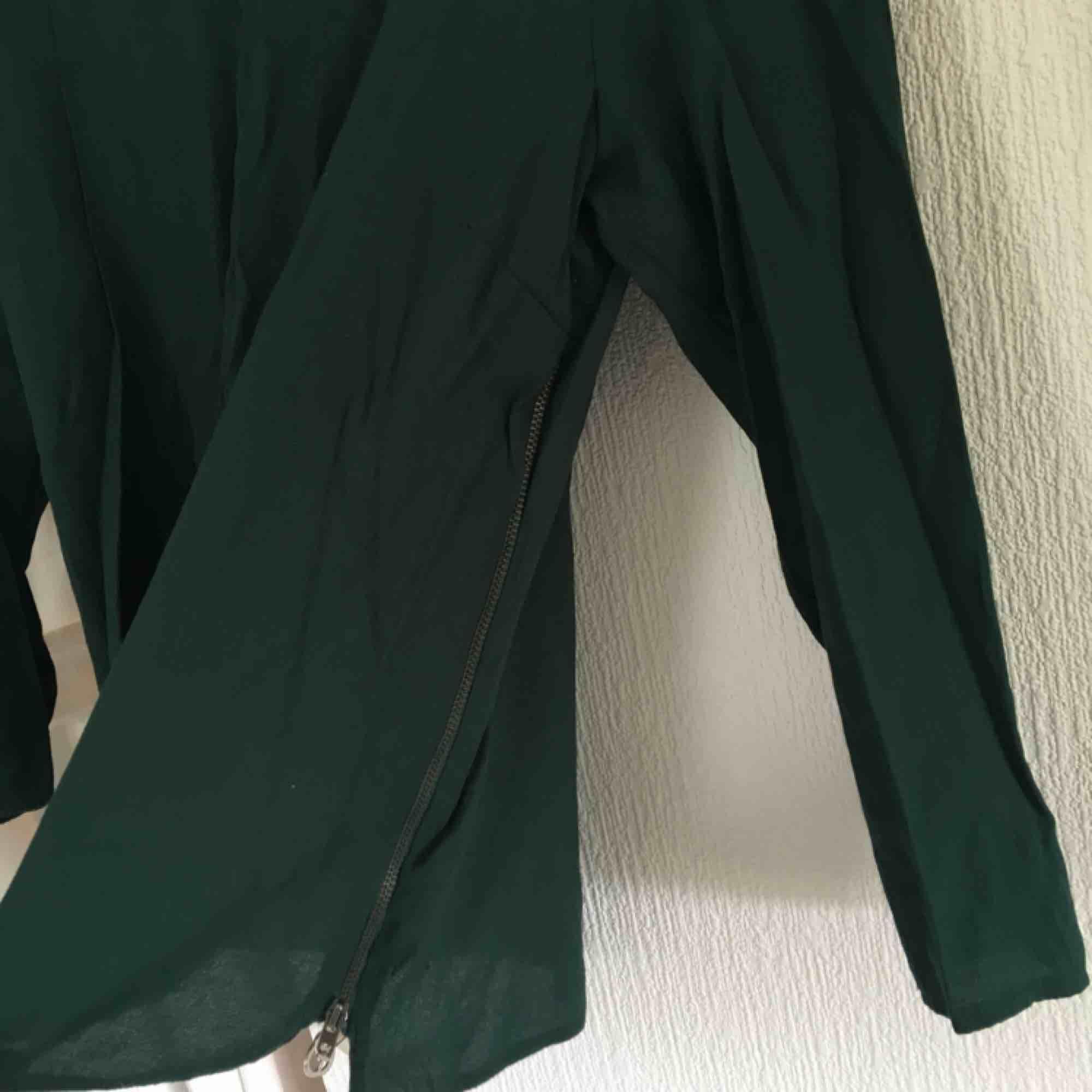 Mörkgrön tröja från zara. Har dragkedja på ena sidan. Knappt använd. Toppar.