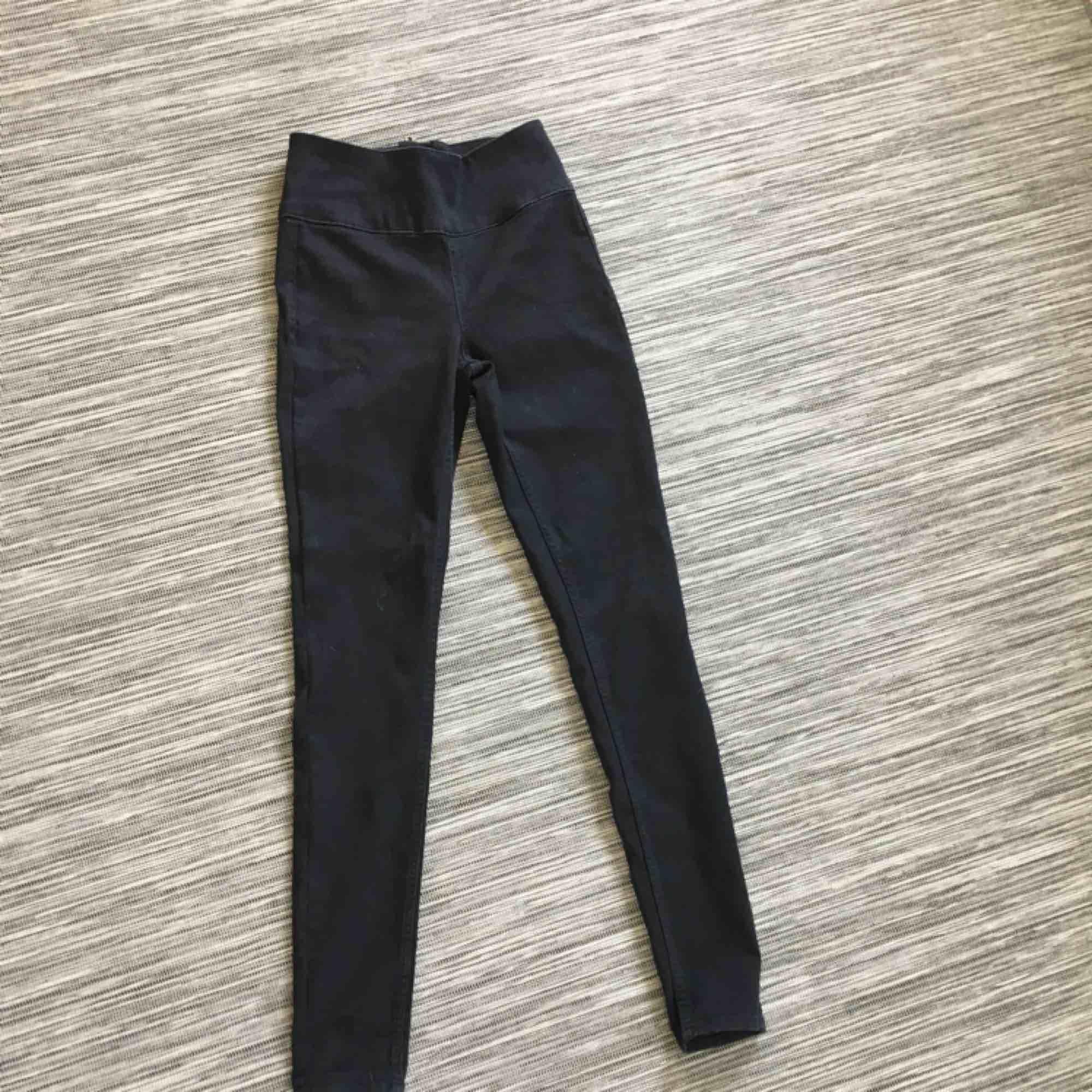 Jättestretchiga svarta jeans från pieces. Säljer pga att de inte kommer till användning. Jeans & Byxor.
