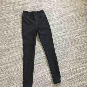 Jättestretchiga svarta jeans från pieces. Säljer pga att de inte kommer till användning