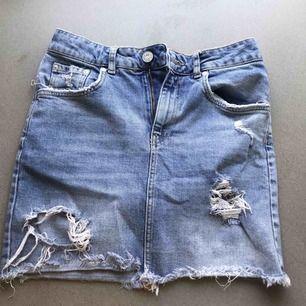 Jeans kjol från Gina Tricot med hög midja. Säljes på grund av att de är för små på mig. KÖPAREN STÅR FÖR FRAKT