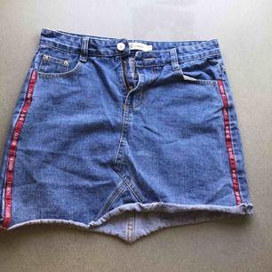 Jeans kjol från LYDC LONDON, dem har används en gång och sen gick dragkedjan sönder. Därför jag säljer dem för 50kr. KÖPAREN STÅR FÖR FRAKT