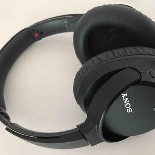 Trådlösa brusreducerande lurar från Sony — använda 3-4 ggr. Batteritid upp till 35 timmar med brusreducering aktiverad. Stödjer högupplöst ljud med uppskalning Inbyggd mikrofon Kvitto inkl garanti finns.