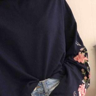 Tröja från H&M med superfina detaljer på ärmarna. Ärmarna är vida och tröjan är sådär perfekt croppad. Den är superfin men den används alldeles för sällan så nu ska den få ett nytt hem. 60kr+frakt. Superbra skick. Tar swish! 🥰