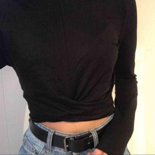 Långärmad lite croppad tröja från H&M. Lite speciellt material, men jätteskön. har rätt långa armar och har en fin detalj på magen. Superfin verkligen. 60kr+fralt