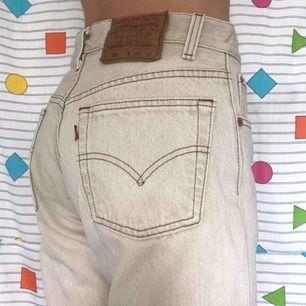 Superfina ♻️vintage♻️ Levi's jeans i en biege färg 🍯 Frakt på 72kr 📨 Stajla med allt i sommar, så fina till midsommar 💛 Står w28 men passar som w25/26