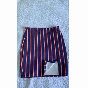 Säljer en kjol från boohoo i storlek 34. Har använt kjolen endast en gång. Vänstra sidan av kjolen är lite öppet och är även felfri. Köparen står för frakten