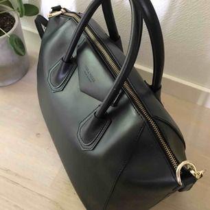 """Snyggaste väskan från Chiquelle! Nypris 1499:- modellen heter """"luxury leather bag"""", vilket är en kopia av Givenchys antigona. Innerdragkedjan är trasig annars i superskick! Det står i väskan att den är äkta läder men tror inte att den är det. Frakt 59:-"""