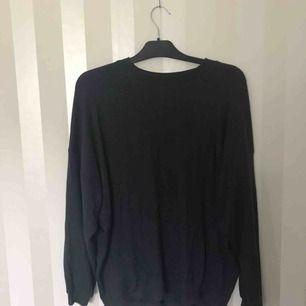 Mörkblå mysig tröja från Ullared, aldrig använd. Nypris ca 100 så säljer för 50 med frakt. Storlek S men passar även M.