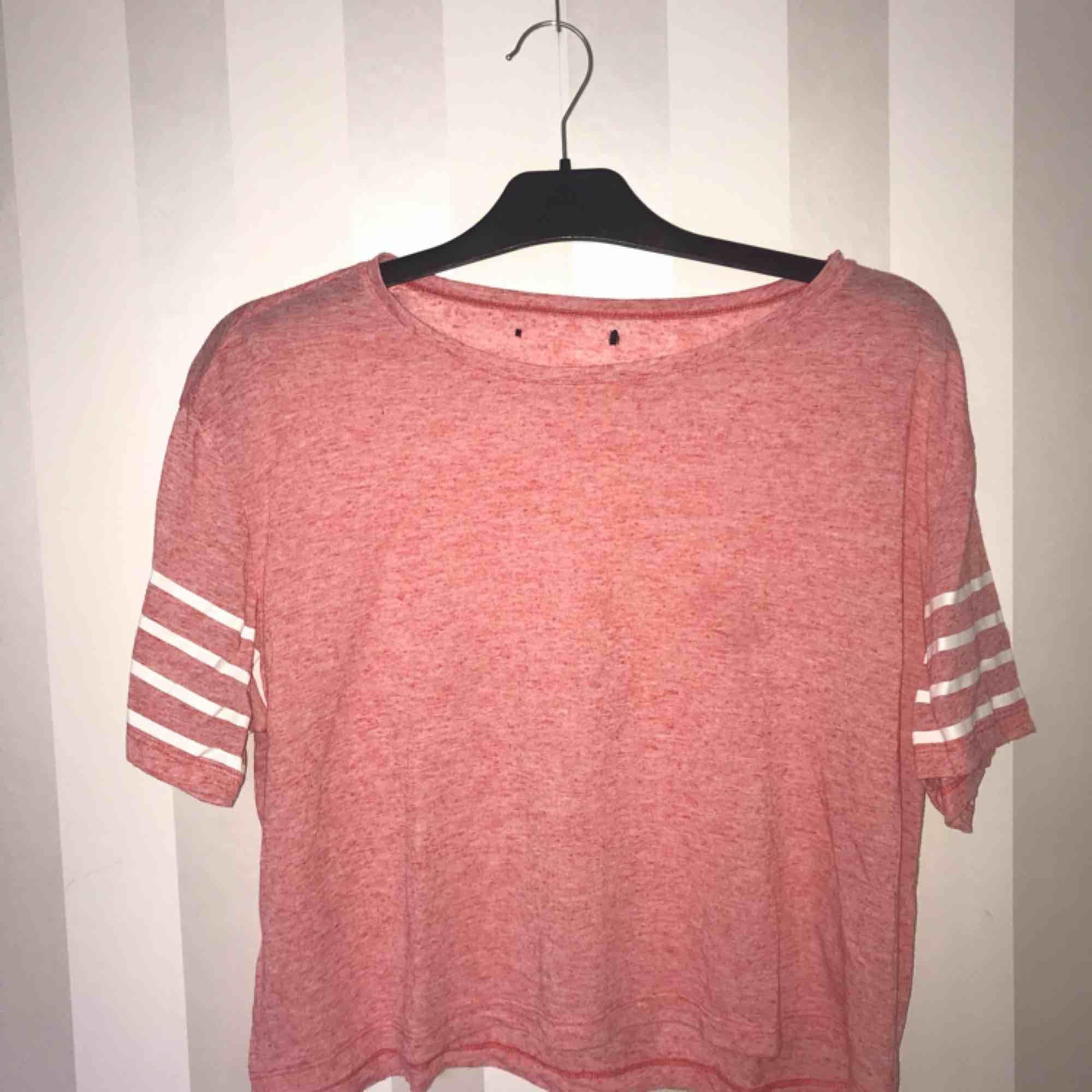 Vet inte märke eller storlek, men skulle gissa på M, ganska kort. . T-shirts.