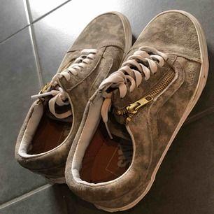 Säljer mina Vans skor i suede, storlek 38. Använda 1-2 gånger. Köpare står för frakt.