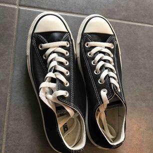 Säljer mina svarta Converse i läder. Använda 1-2 gånger. Köpare står för frakt.
