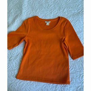 Orange T-shirt från monki i storlek XS. Köparen står för frakten