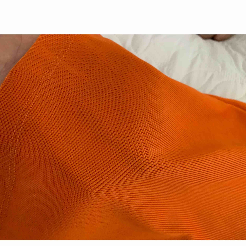 Orange T-shirt från monki i storlek XS. Köparen står för frakten  . T-shirts.