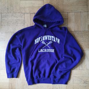 Lila hoodie (mer lila än vad bilden visar) säljer på grund av storleken. Den är i gott skick 💜