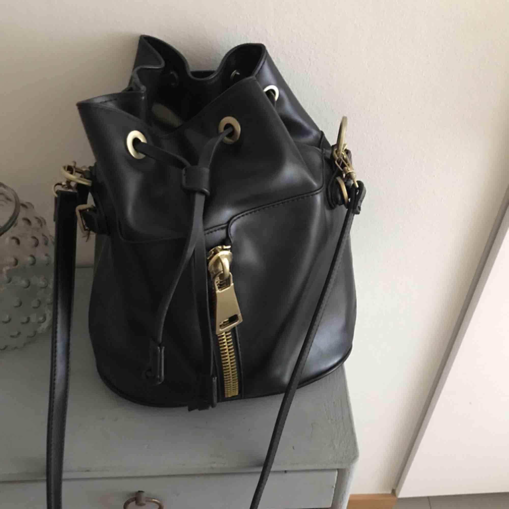 Super fin väska med guldiga detaljer, knappt använd därmed bra skick. Synts bland annat på bloggerskan Angelica blick. Rymlig!. Swish . Väskor.