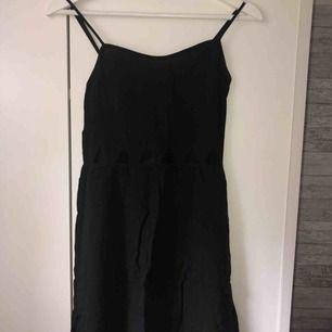 Jättesnygg svart sommar klänning från h&m, små trianglar som hål runt magen/ under brösten. Fler bilder vid intresse, köparen står för frakten!