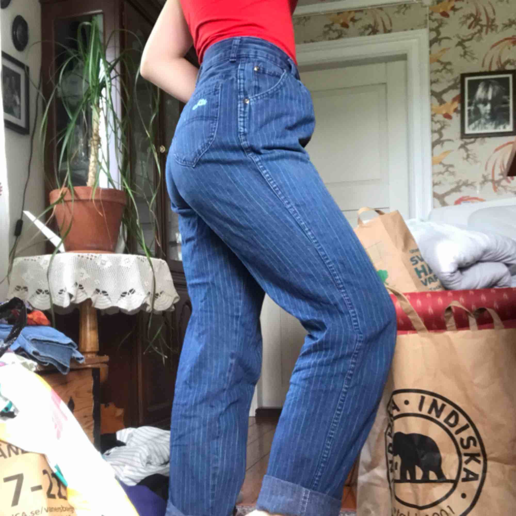 Jeans i storlek 28/S? Randigt tunt jeanstyg. Inhandlade på second hand och sparsamt använda. . Jeans & Byxor.