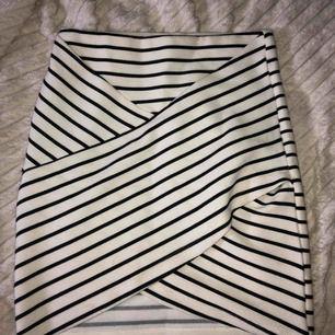 Svart vit randig kjol, använt fåtal gånger. Fler bilder vid intresse, köparen står för frakten!