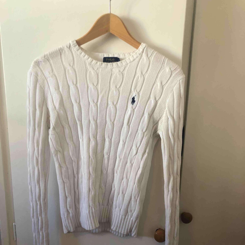 En kabelstickad tröja från Ralph Lauren i storlek S. Riktigt bra pris då jag köpte den för 1200kr!!. Tröjor & Koftor.