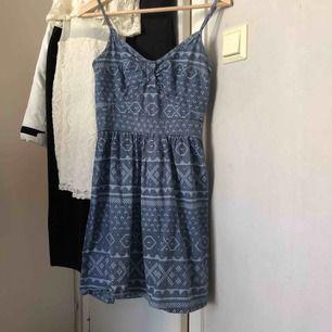 En jättefin klänning nu till sommaren! På andra bilden kan du se hur det sitter på🤩
