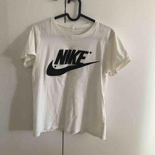 Nike t-shirt! Märket är i sammetsmaterial. Köpt på en outlet i New York så kan inte garantera att den är äkta. Passa mig som är i storlek S/M men vill man ha den mer loose passar den mindre storlekar också! I priset ingår frakt!